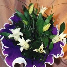 Доставить грациозные Лилии в  на Украине | Букет белых лилий: Оформление зеленью и декоративной бумагой.
